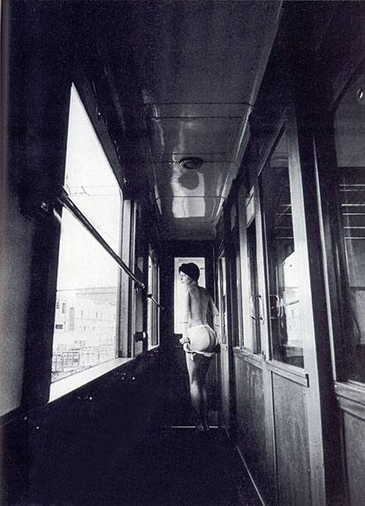Dans un train surchauffé (1976), Jeanloup Sieff. Publicada en la revista PHOTO no. 106 Julio 1976.
